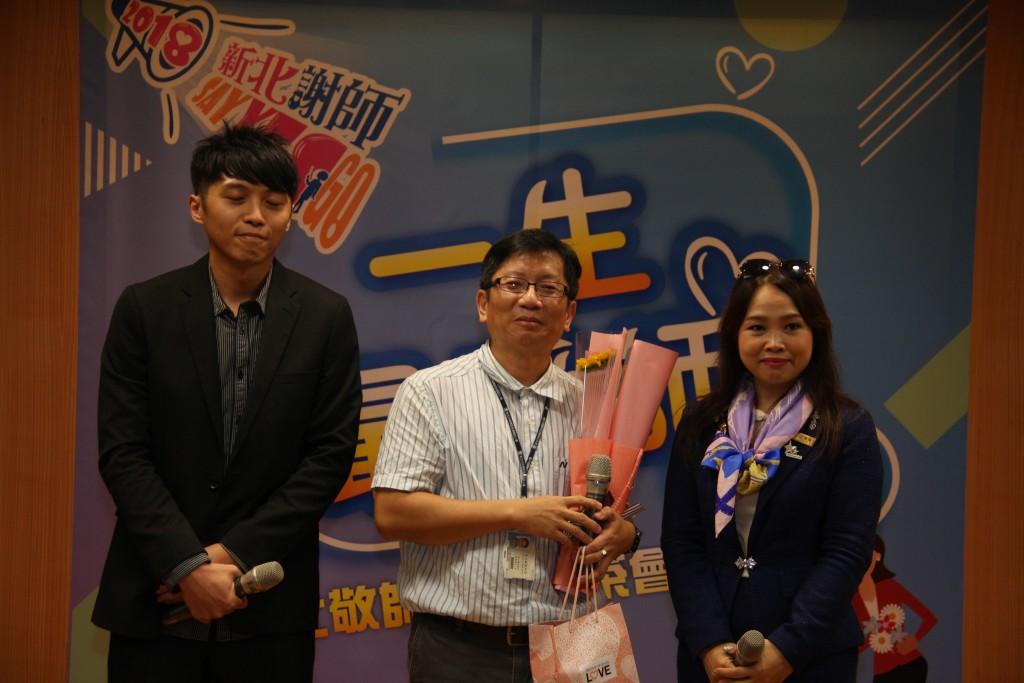 師鐸獎得主後埔國小邱文良主任與學生合影 (新北市政府教育局提供)