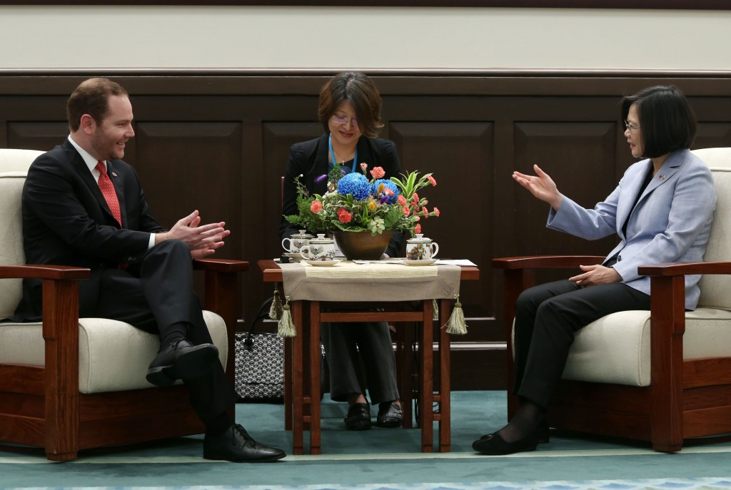 Guatemalan Congress President Alvaro Arzu Escobar (left) visited President Tsai Ing-wen Wednesday.