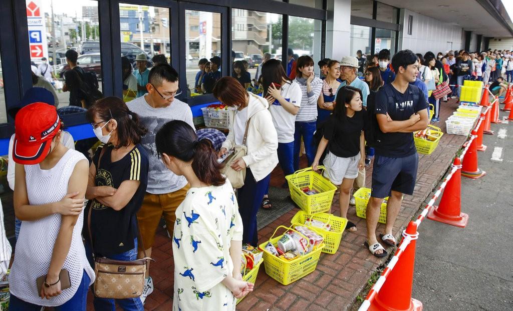 日本北海道札幌民衆排隊購買食物(共同社。美聯社提供)
