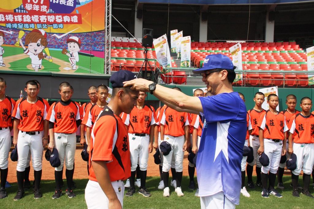 市長盃三級棒球錦標賽開幕-市長為球員戴上球帽 (新北市政府教育局提供)