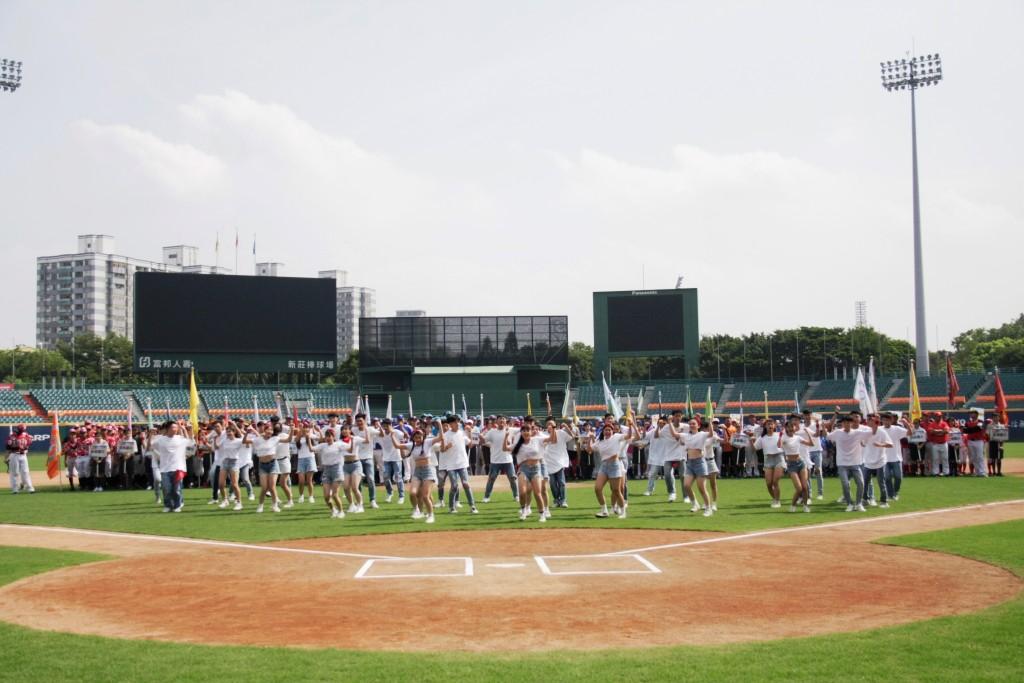 市長盃三級棒球錦標賽開幕-莊敬啦啦隊帶來開場表演 (新北市政府教育局提供)