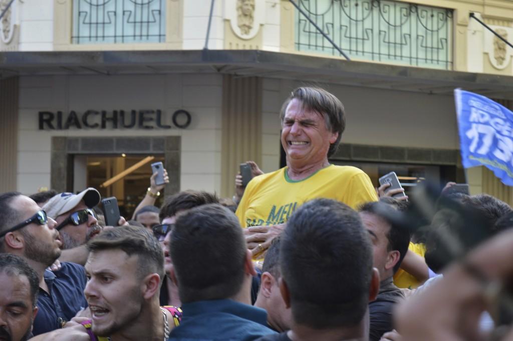 巴西呼聲最高的總統候選人波索那洛,昨(6)日在掃街造勢時,意外遇刺,他臉上顯示痛苦的表情(圖片來源:美聯社)