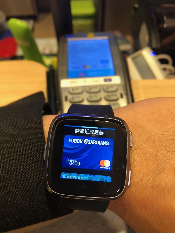 穿戴式裝置支付情境圖一_Fitbit Pay (富邦銀行提供)