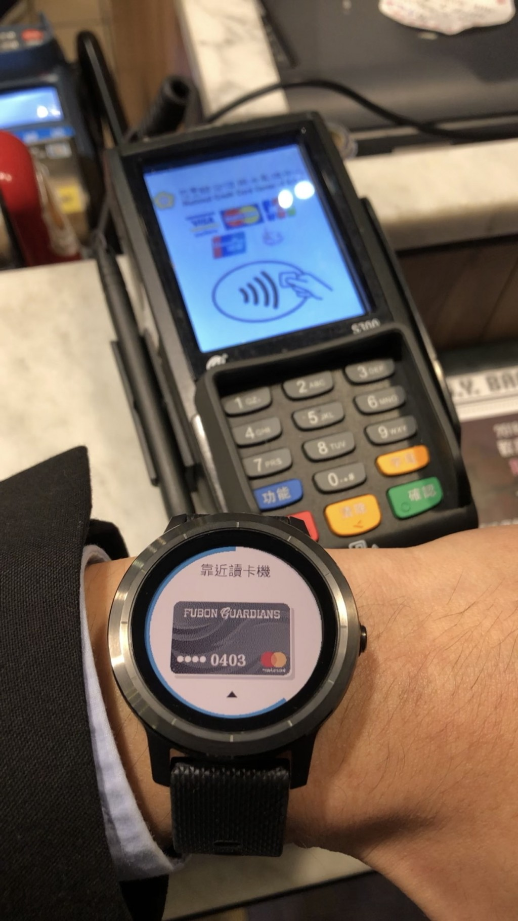 穿戴式裝置支付情境圖二_Garmin Pay (富邦銀行提供)