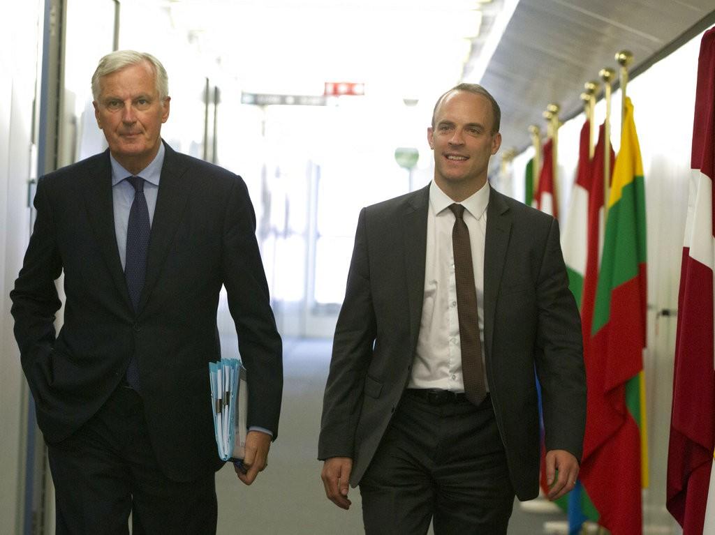 歐盟負責英國脫歐的首席談判官巴爾尼爾(Michel Barnier)(左)與英國脫歐大臣藍韜文(Dominic Raab)(美聯社)