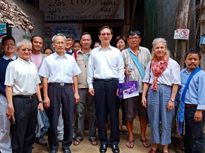 駐泰大使童振源(前排右4)、賴賴銘琪(前排左2)與TBC負責人Sally (前排右2)訪視美拉難民營(照片來源:駐泰代表處)