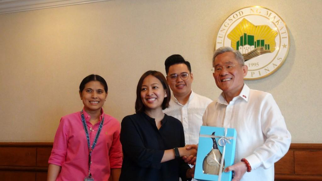 「國際青年大使帛菲團」結束10天的帛琉、菲律賓行程。圖為駐菲代表徐佩勇(右)隨同訪問馬卡蒂市市政府,與市長畢乃(Abigail Binay