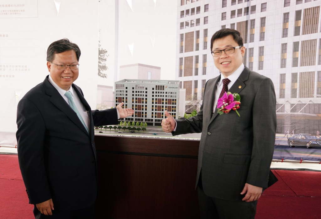 The Chairman of StarLux Airlines Chang Kuo-wei, right, poses with Taoyuan Mayor Cheng Wen-tsan on a press event on Sept. 10, 2018.