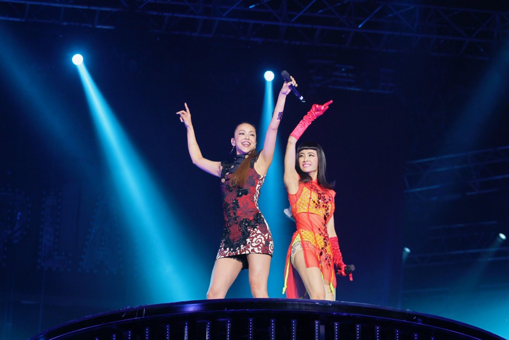 Jolin Tsai (right) with Namie Amuro.