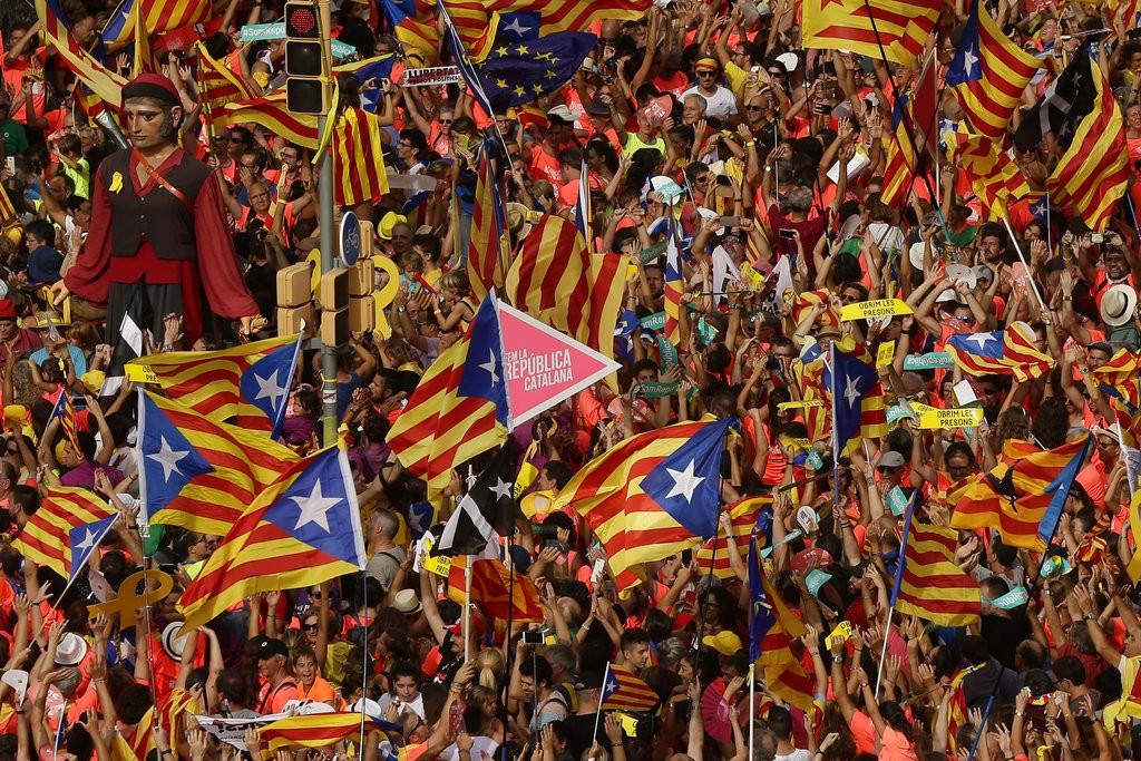 加泰隆尼亞民衆在當地時間2018年9月11日上街遊行,要求獨立(美聯社)