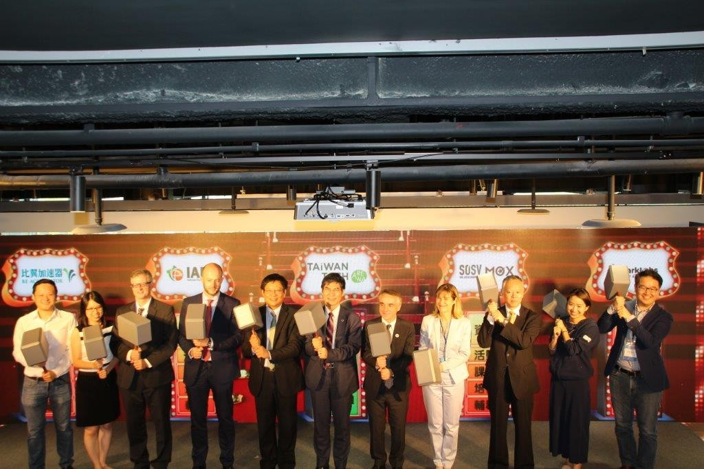 「重磅出擊」儀式,科技部長陳良基(左六)和與會貴賓一起揭幕。