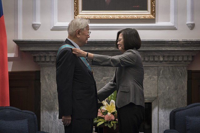 President Tsai Ing-wen confers the Order of Propitious Clouds on TSMC Founder Morris Chang on Sept. 14 (Photo courtesy of the Presidential Office)