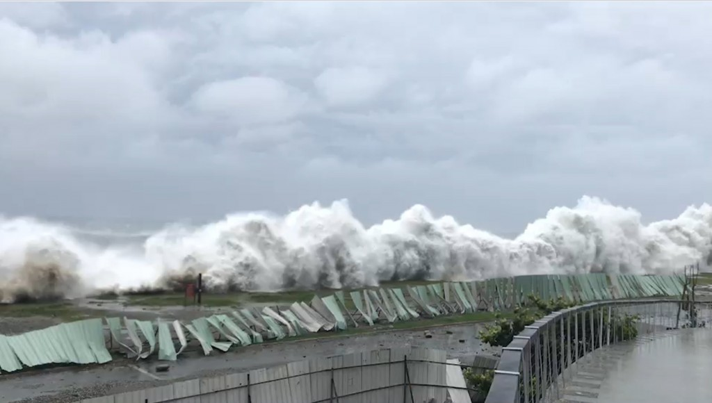 Waves slamming into the Taitung County coastline due to Typhoon Mangkhut.