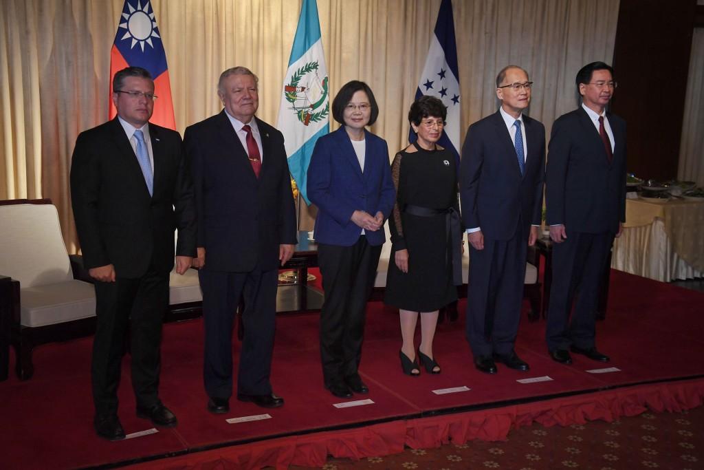 總統蔡英文(左3)17日在國安會秘書長李大維(右2)、外交部長吳釗燮(右)等人陪同下,出席「中美洲獨 立197週年紀念酒會」。蔡總統致詞表