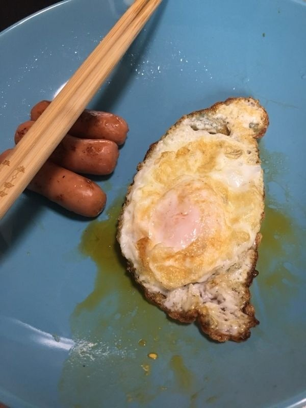 Image of a fried egg in the shape of Taiwan (DCard)