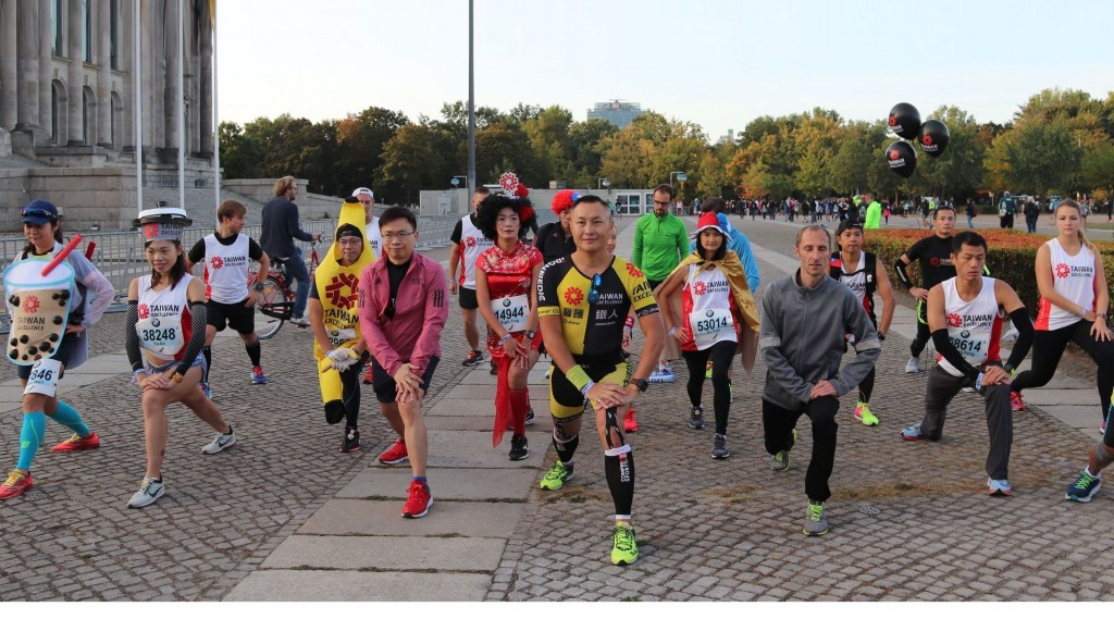 外貿協會董事長黃志芳特別於賽前,在柏林國會大廈帶領台灣精品代表隊與上百位來自台灣的參賽跑者進行暖身操,為跑者加油打氣。