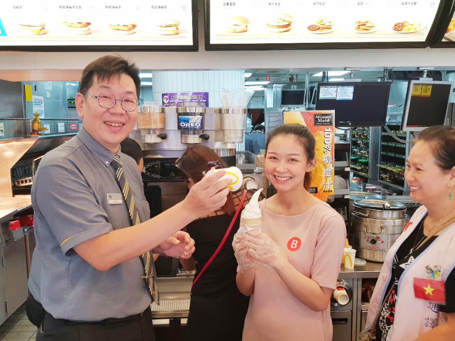 泰籍新住民趙月蓉第一次就拉出標準兩圈半的蛋捲冰淇淋,讓麥當勞餐廳經理陳澤宇相當驚艷。(照片來源:移民署)