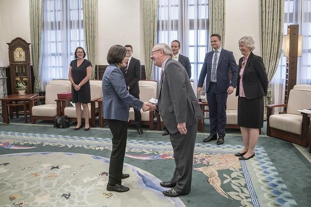 蔡英文總統20日接見英國對臺貿易特使福克納勛爵(照片來源:總統府提供)