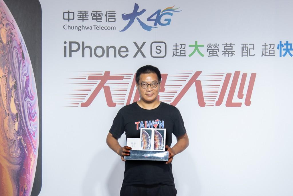 中華電信iphone xs開賣會首購客戶,申辦iphone xs系列新機並獲鄭優董事長加碼送金色iphone... (中華電信提供)