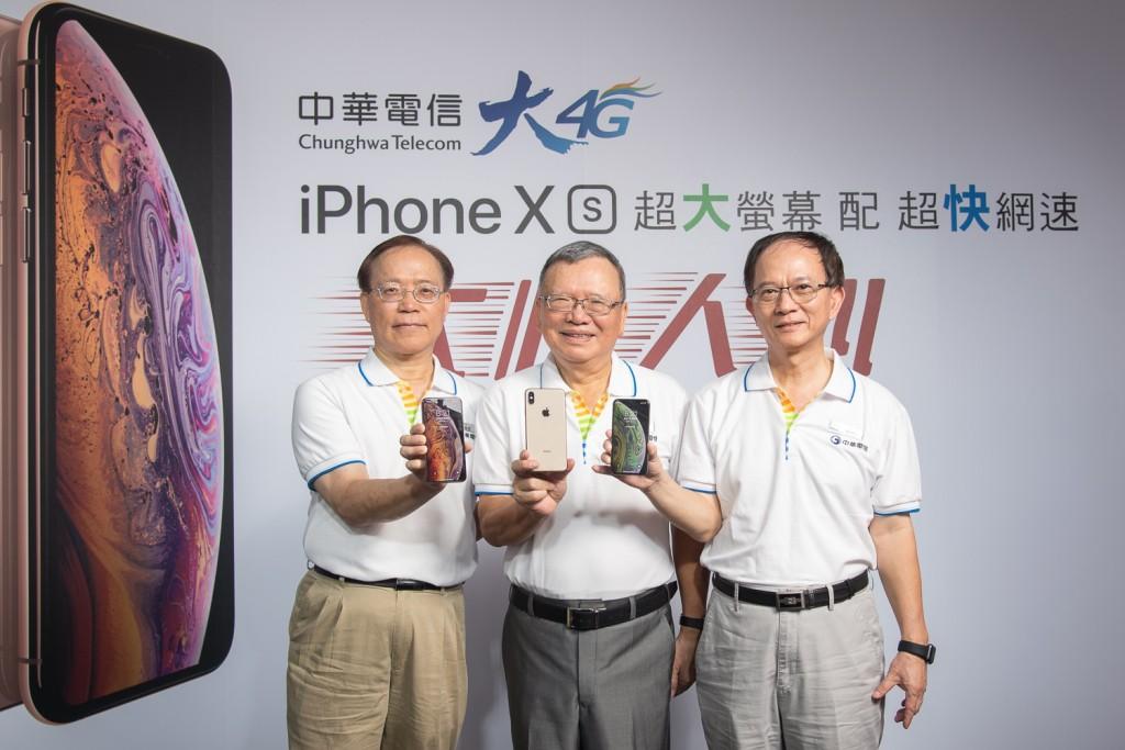 中華電信鄭優董事長(中)、謝繼茂總經理(左)以及行動通信分公司陳明仕總經理(右)正式宣布開賣iphone xs系列新機!(中華電信提供)