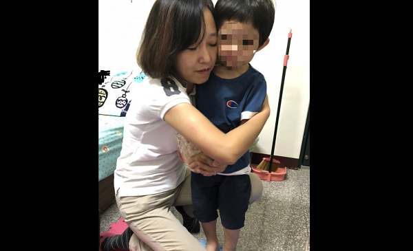 The victim with his mother (Image from Hsinchu City Gov.