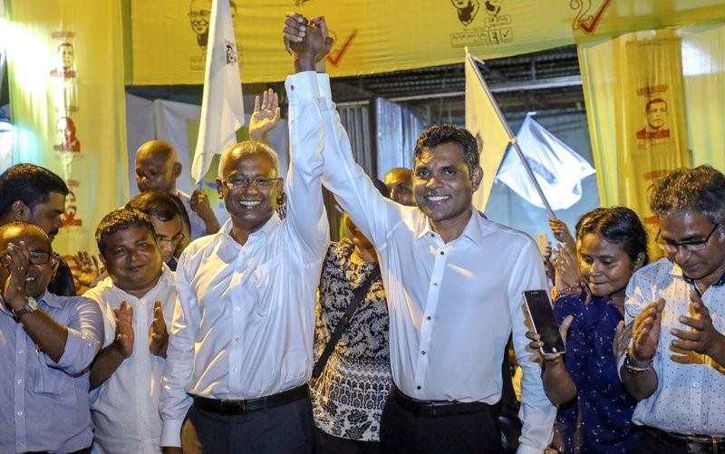 馬爾地夫在野黨索里(左三)贏得總統大選(美聯社)