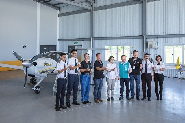 Tsai Ing-wen, center, at APEX flight academy (Image courtesy of Presidential Office)