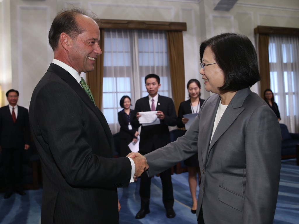 President Tsai Ing-wen (right) meeting British Minister of State for Trade Policy George Hollingbery in Taipei Tuesday.