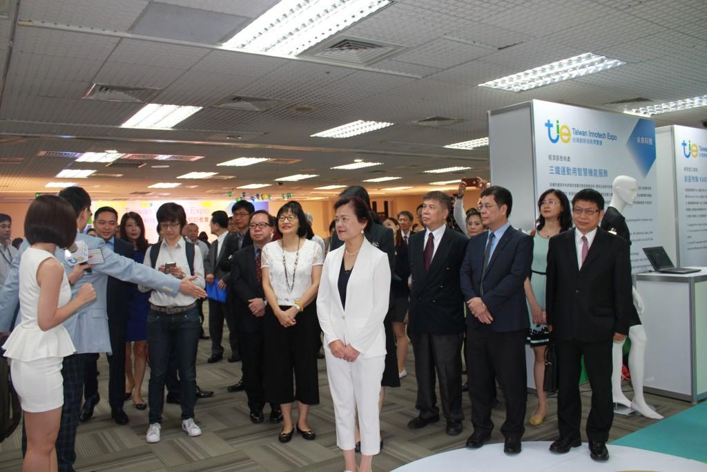經濟部次長王美花和率領與會貴賓繞場參觀「2018台灣創新技術博覽會」展前記者會的參展廠商攤位。