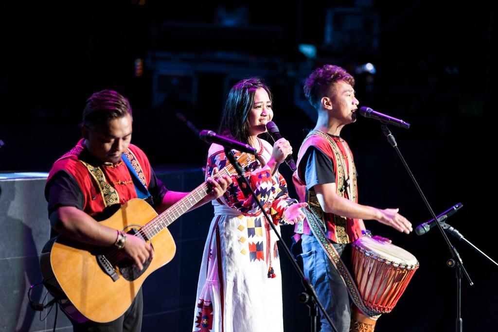 台灣大哥大myfone行動創作獎歌手張仰華與「黑旋風」療癒美聲感動全場。(照片由富邦提供)