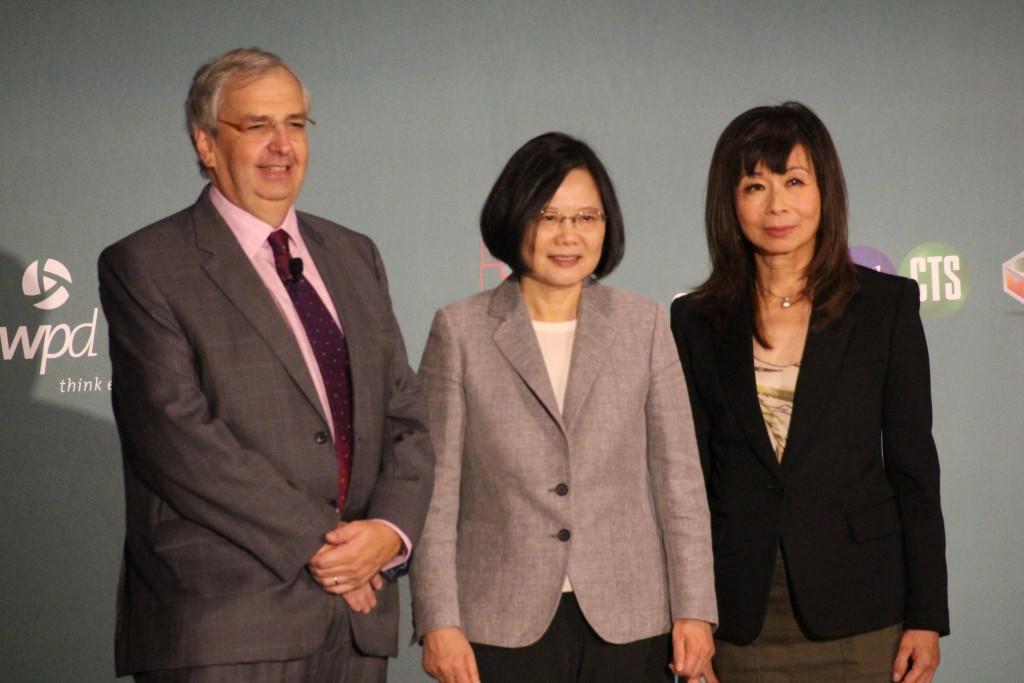 蔡英文總統(中)、央廣董事長路平(右)、AIB執行長Simon Spanswick(左)