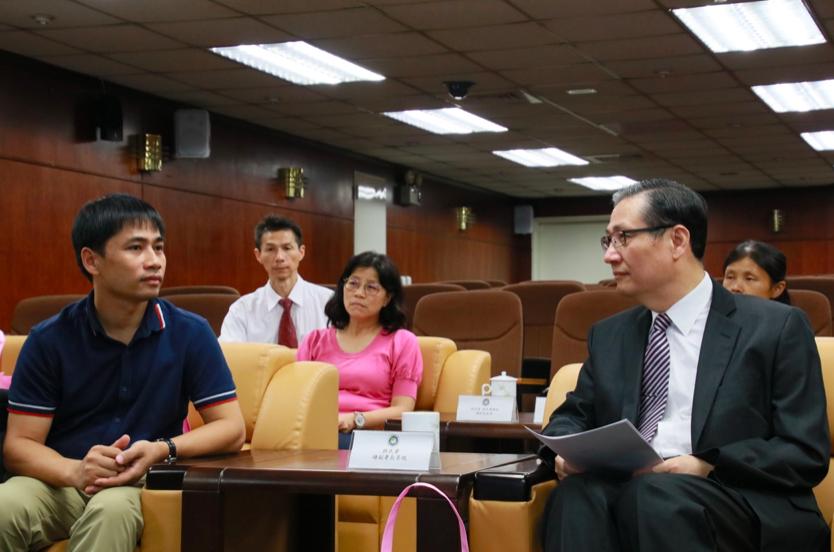 移民署副署長鐘景琨(右)與越南國家電視台特派記者(左)相談甚歡,期許透過本次越南國家電視台的參訪,傳遞台灣對越南朋友的善意與真心。(照片來