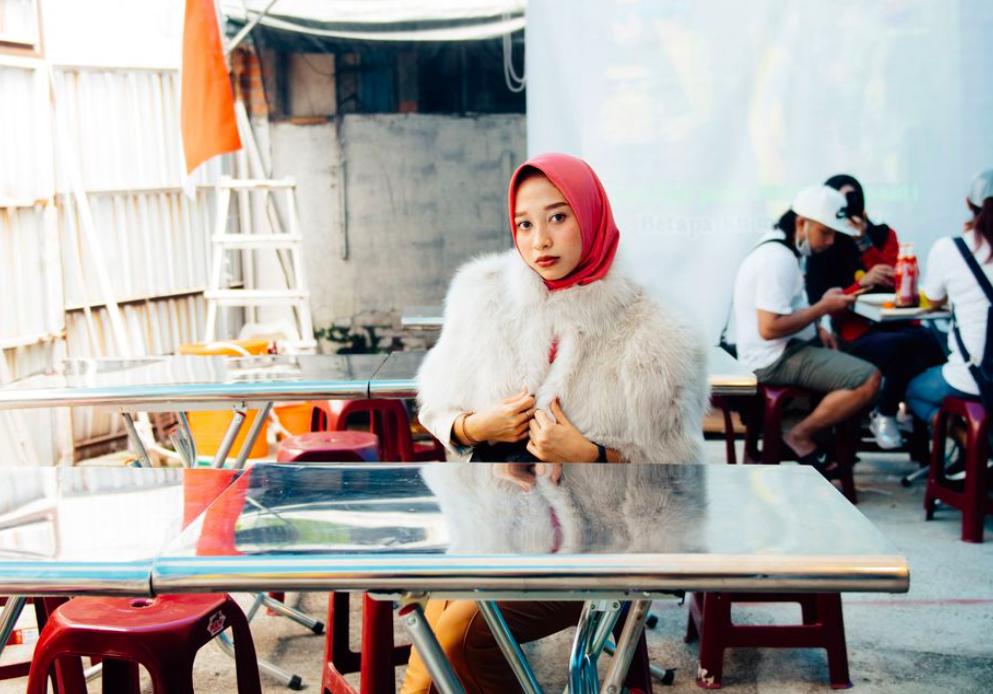 余政達以台灣外籍移工為主角,街頭拍攝系列時尚作品(照片來源:ELLE TAIWAN)