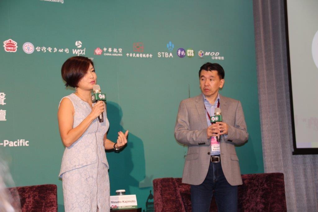 照片左起:中央廣播電臺節目部英語主持人竺瑞娟、香港大學新聞及傳媒研究中心JMSC助理教授鍛治本正人(Dr.Masato Kajimoto)