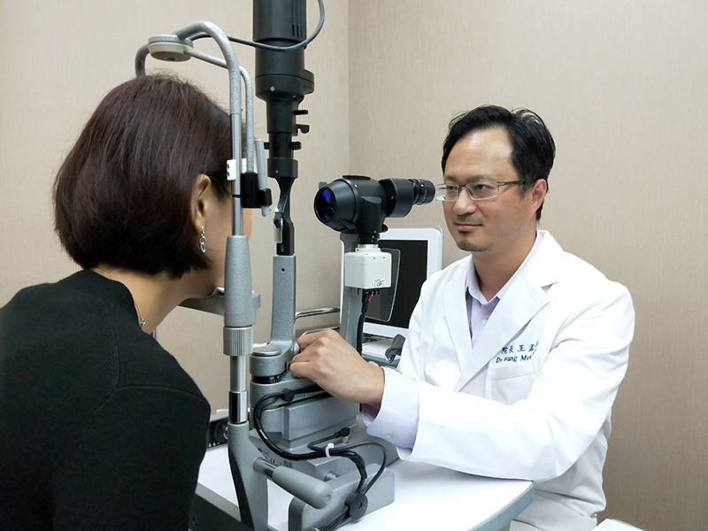 王孟祺醫師呼籲,民眾應於專業諮詢後,依自身需求選擇適合配戴的鏡片,才能有效保護雙瞳、矯正視力。