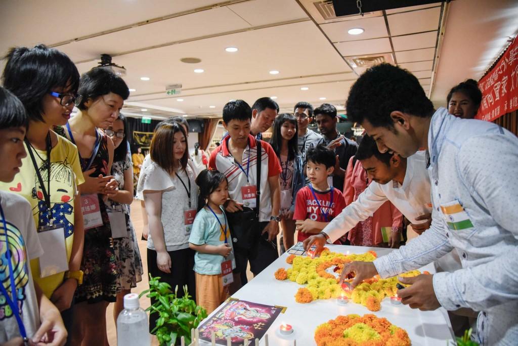 印度學生向民眾展示印度母國文化(圖片來源:教育部)