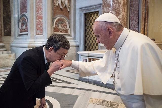 Vice President Chen greeting the Pope during a visit in 2016 (Image from Office of the President)