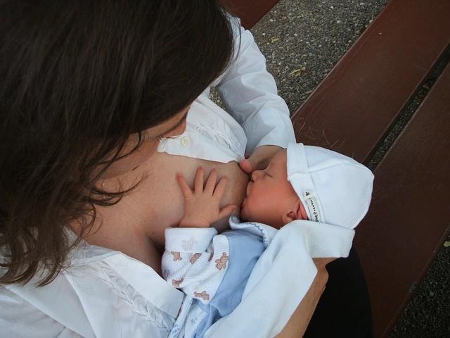 母乳媽媽不是鐵打的,一旦感冒了怎麼辦?母乳滴滴珍貴,如果倒掉會很可惜,但此時哺育母乳恐增加寶寶感染感冒的機率? (圖取自pixabay)