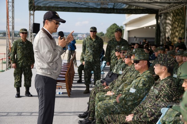 Minister of National Defense Yen Teh-fa speaks with army officials (Image from MND)