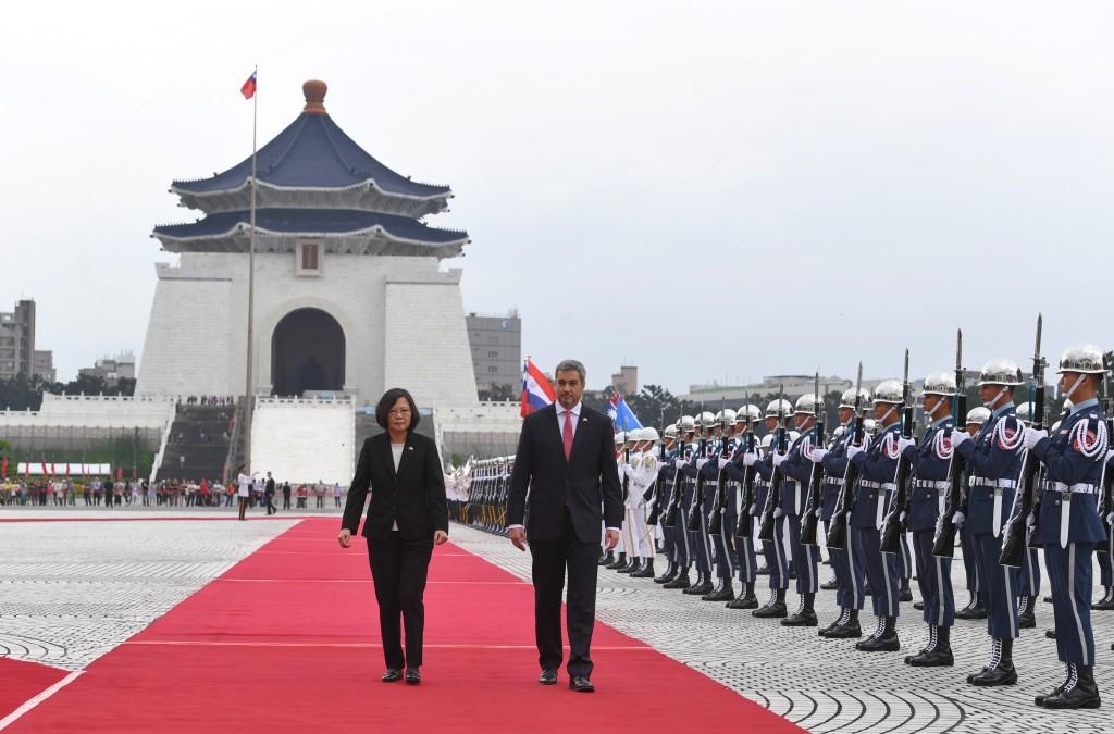 總統蔡英文8日上午以軍禮歡迎巴拉圭總 統阿布鐸(右),雙方走在紅毯上校閱儀隊(照片來源:中央社提供)