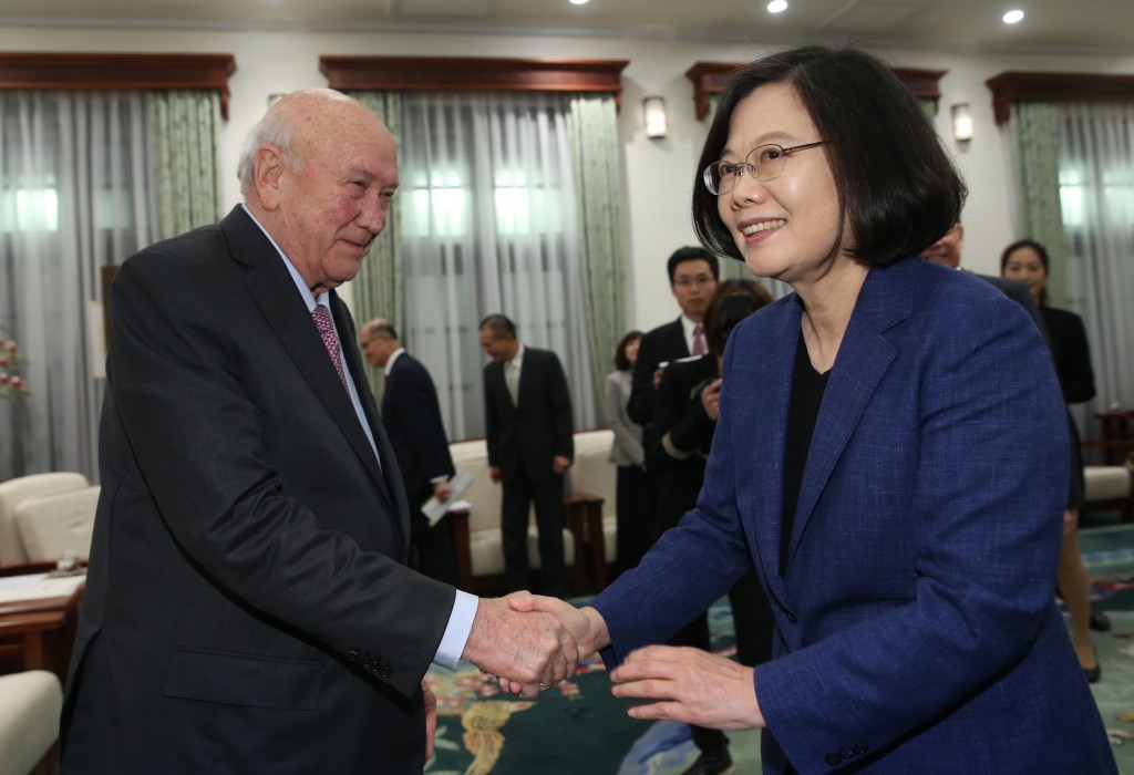 Former South African President FW de Klerk (left) visited President Tsai Ing-wen Wednesday.