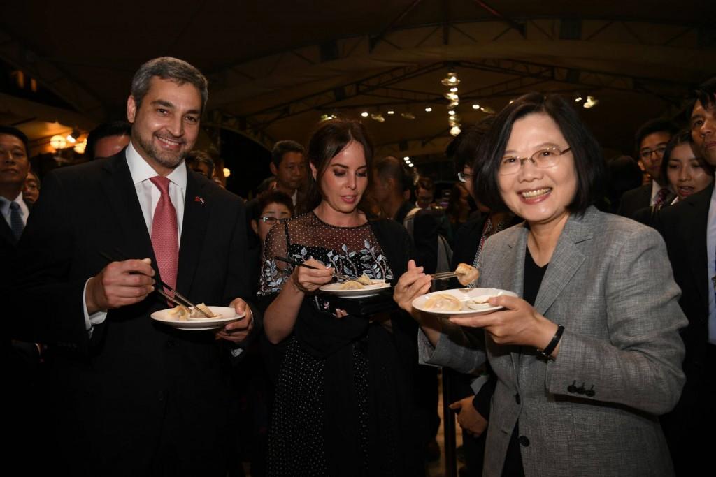 外交部10日晚間舉行國慶酒會,總統蔡英文向友邦巴拉圭總統阿布鐸推介臺灣美食(照片來源:中央社提供)