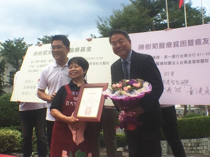 Renowned philanthropic vendor Chen Shu-chu (陳樹菊, second right)(CNA)