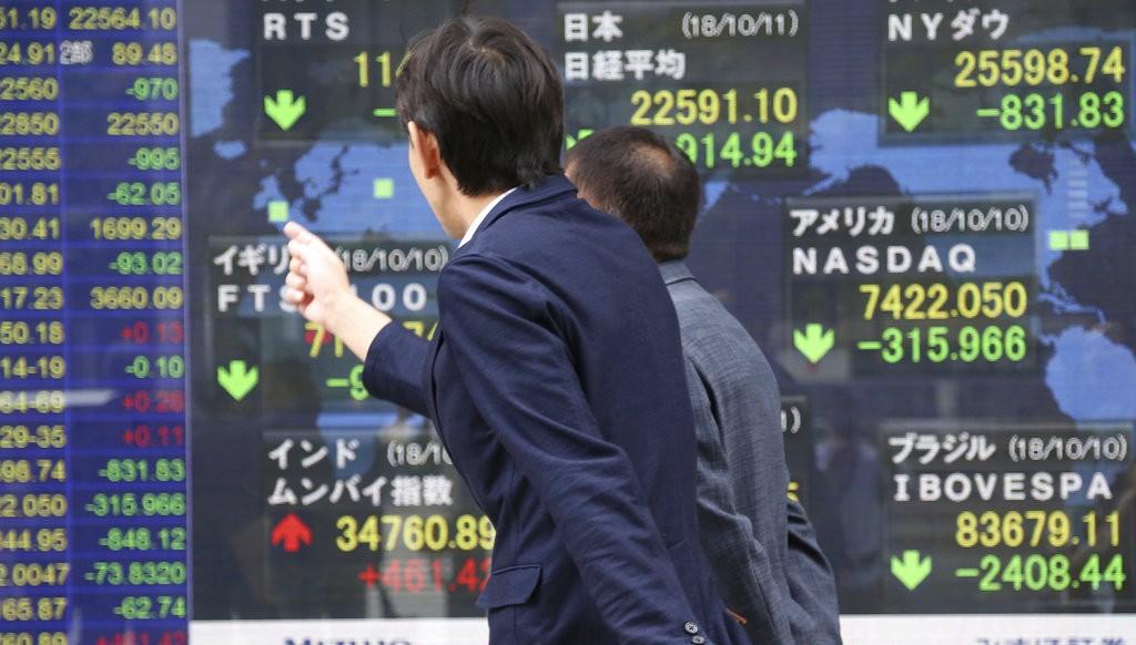 日本民衆關心股價下跌(美聯社)