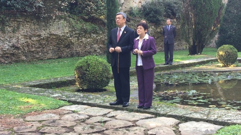 Vice President Chen Chien-jen and his wife, Luo Feng-ping, praying at Castel Gandolfo.