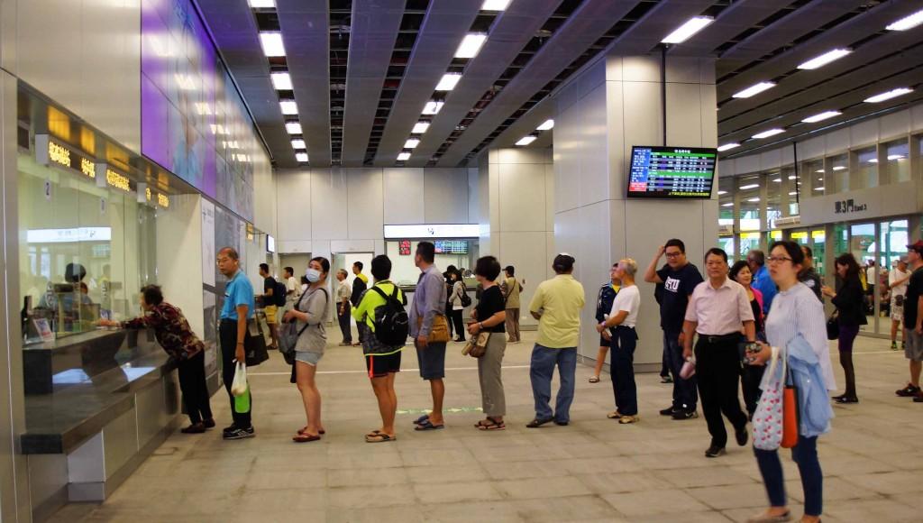 高雄鐵路地下化14日通車,高雄新車站一早吸引大批民眾到新車站搭乘嚐鮮,售票口大排長龍。