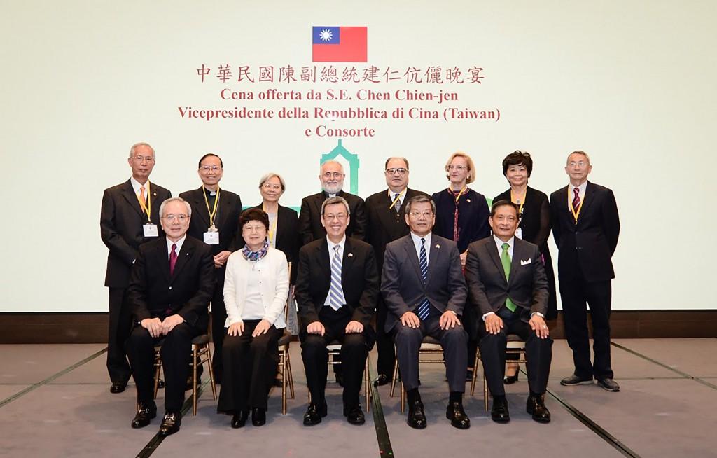 副總統陳建仁13日晚舉行公宴,他引用出席的江國雄教授(後排左1)著作,表示梵中即使展開對話,也可以同時積極提升與台灣關係。