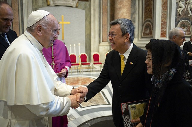 Pope Francis and Vice President Chen Chien-jen exchange greetings on Oct. 14 (Photo courtesy of the Presidential Office)