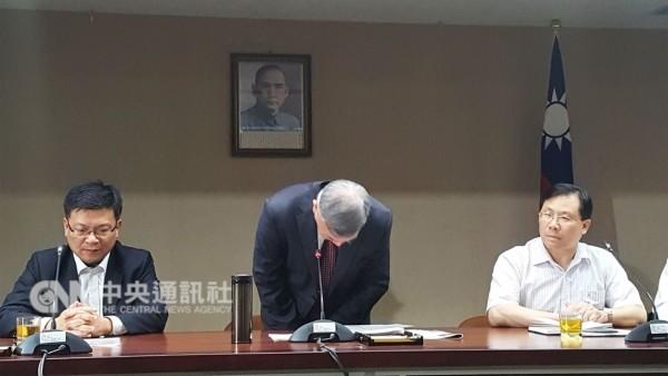Shen (center) bows to apologize.