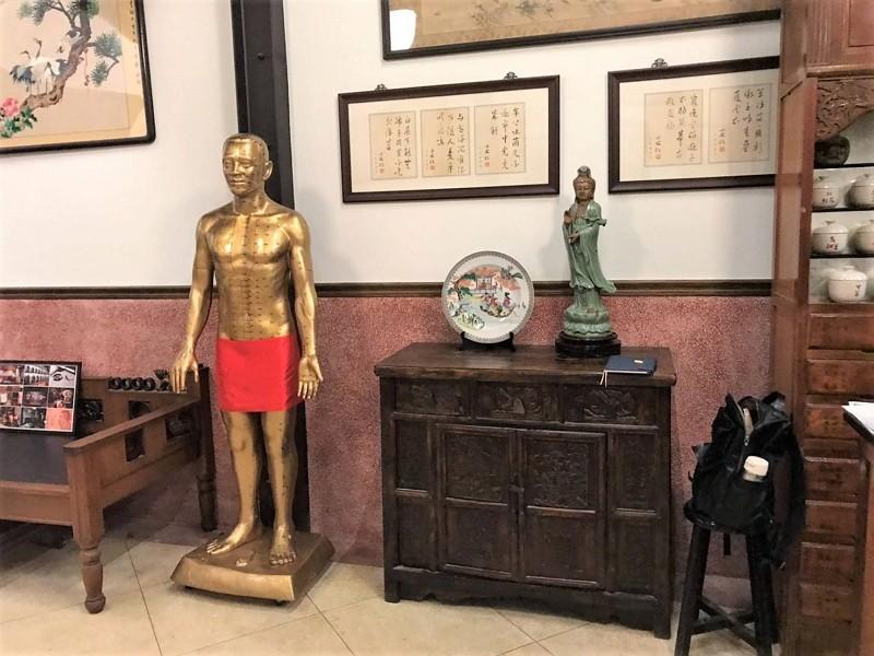 劇中中醫世家「合勝堂」中藥行主場景(圖/觀傳局)